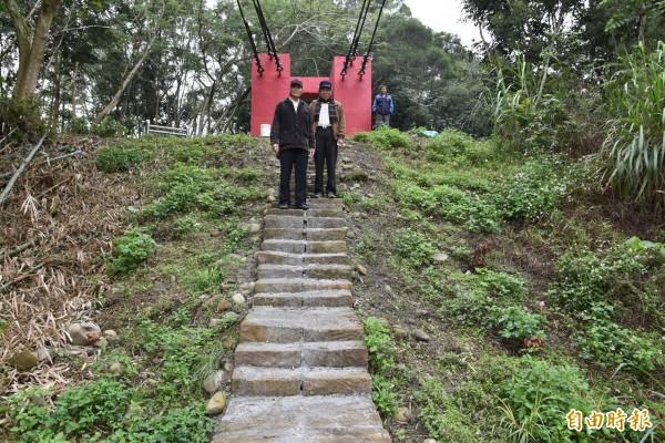 80歲陳景雄(右)與2個弟弟一起補強的石階。(記者黃淑莉攝)