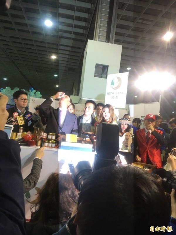郭台銘當場當起鴻參代言人,泡參茶給媒體試喝,還自己開一罐人參飲將之一飲而盡。(記者陳柔蓁攝)