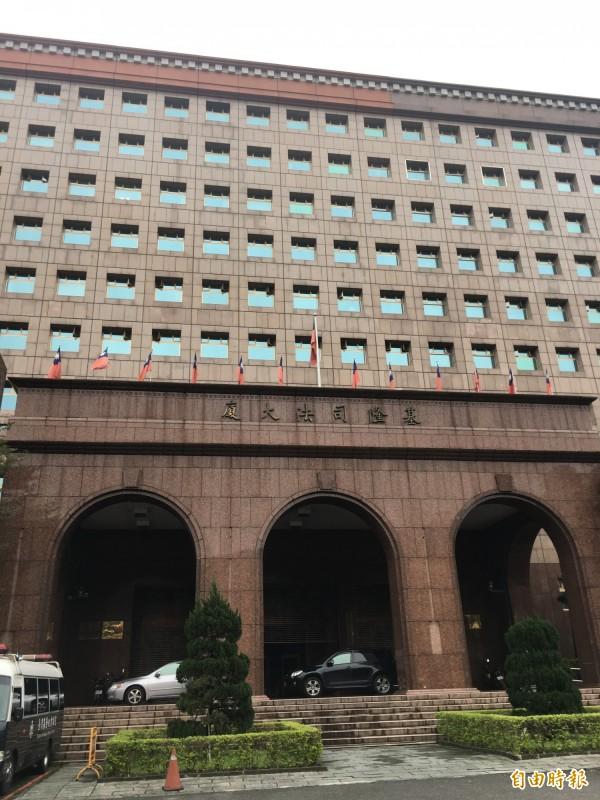 蘇男涉詐欺罪被移送到地檢署候訊時,竟破壞廁所門(記者吳昇儒攝)