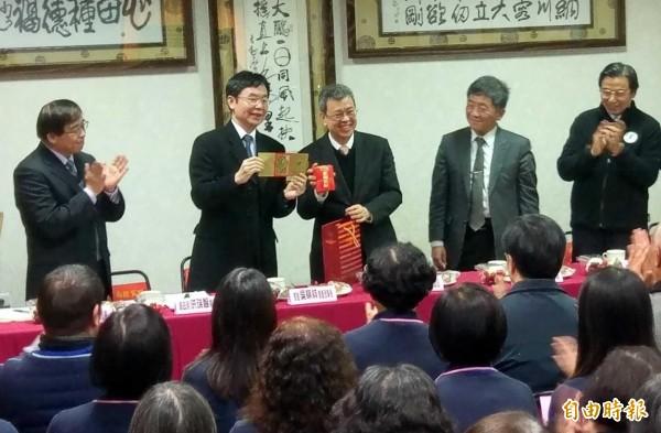 副總統陳建仁(右3)今至南投關懐照服員,並致贈「幸福共好」紅包。(記者謝介裕攝)