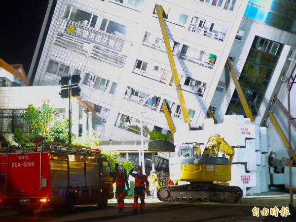 宜蘭消防成為第一批挺進雲門翠堤4樓的支援隊伍之一。(記者簡惠茹攝)