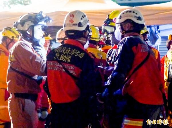 從7日凌晨到10日,宜蘭消防員就持續接力不間斷加入救援花蓮震災。(記者簡惠茹攝)