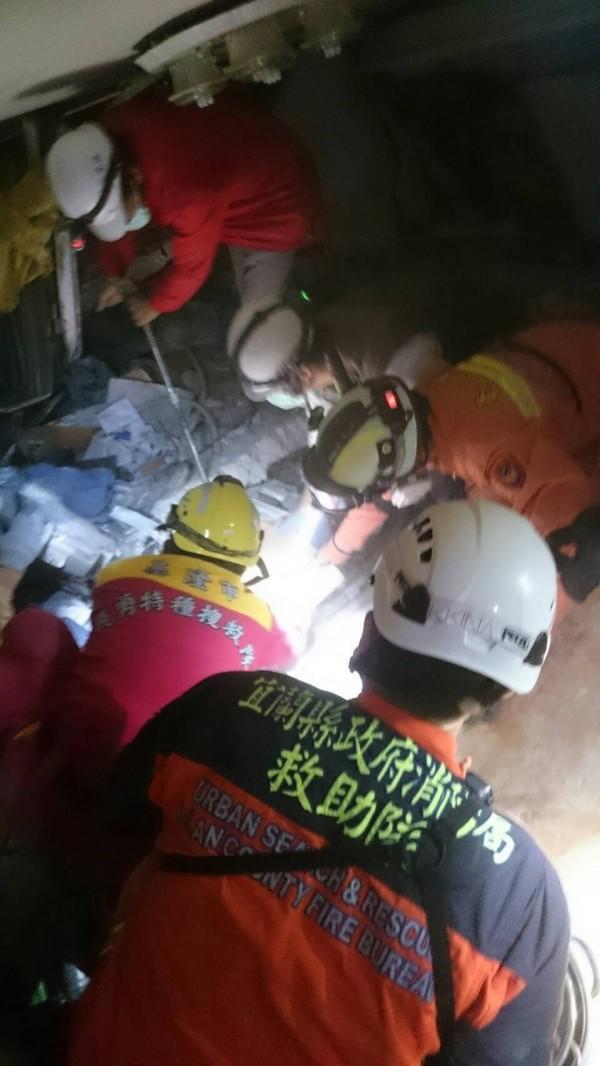 宜蘭消防在雲翠大樓內又趴又爬打穿樓地板。(記者簡惠茹翻攝)