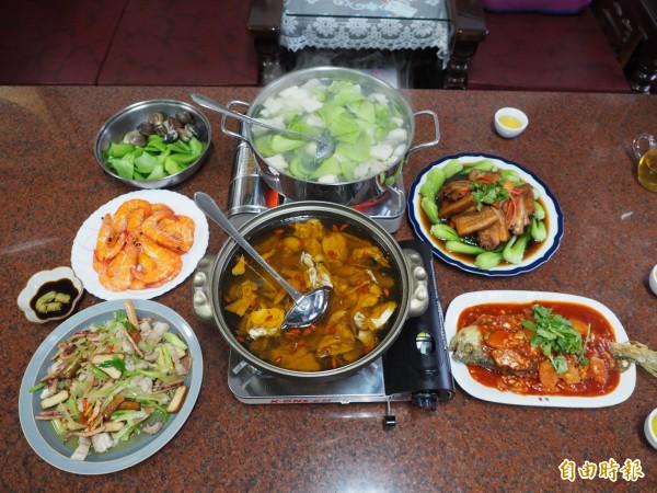 拜拜用牲禮可變出一桌簡單美味的年菜。(記者陳鳳麗攝)