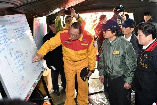 內政部長葉俊榮(左二)至花蓮前進指揮所指揮搜救進度。(內政部提供)