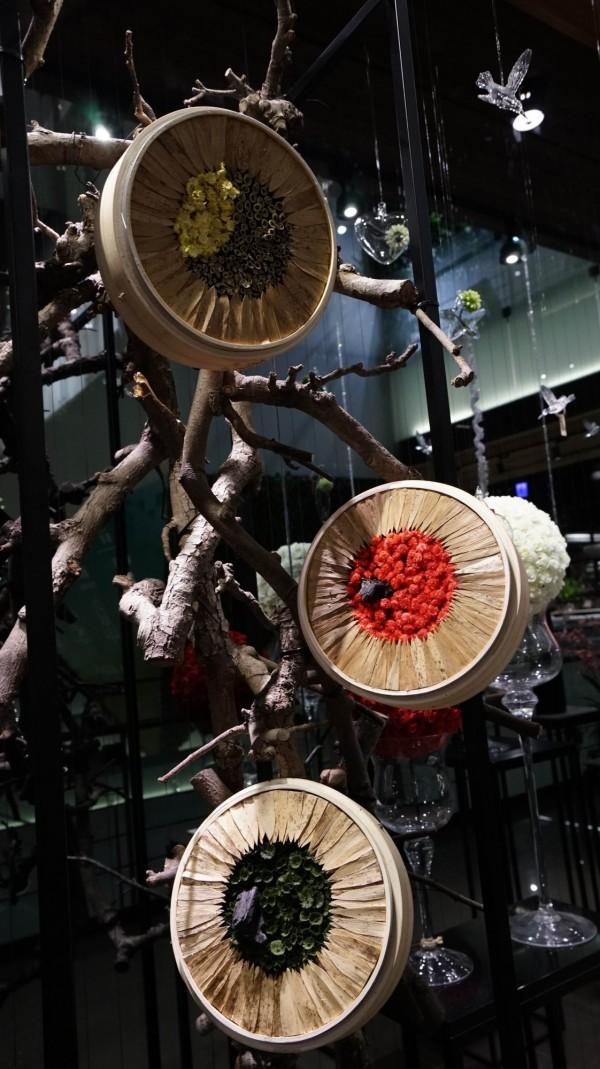 「瑞狗迎春花藝展」在葫蘆墩文化中心展出,展期從2月16日至3月4日止。(葫蘆墩文化中心提供)