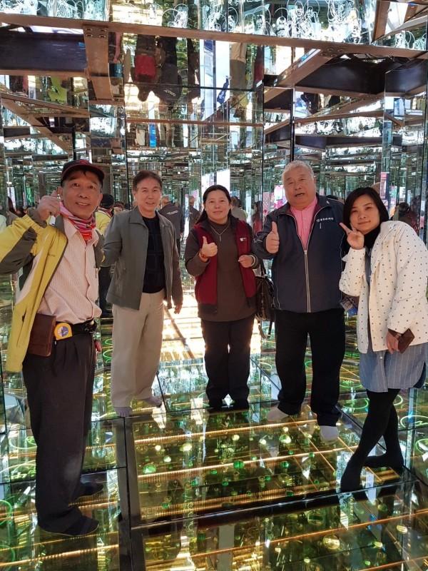 今年玻璃花燈「通天柱」可以走進去,地板將有「玻璃深淵」設計。(台灣玻璃館提供)