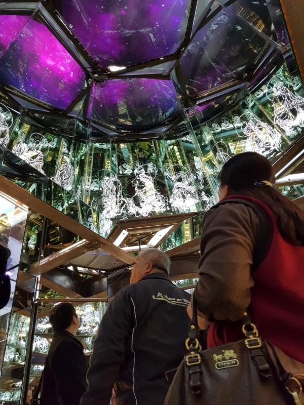 今年玻璃花燈「通天柱」內部令人驚豔,展現雷射雕刻的華麗。(台灣玻璃館提供)