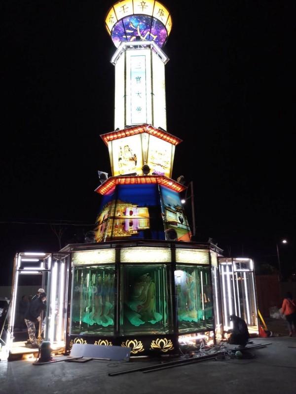 今年玻璃花燈「通天柱」,夜晚點燈絢麗奪目。(台灣玻璃館提供)