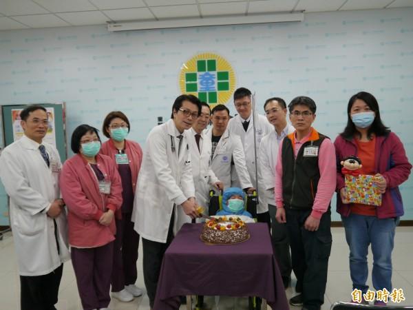 童綜合醫療團隊幫小廷切蛋糕慶祝出院。(記者張軒哲攝)