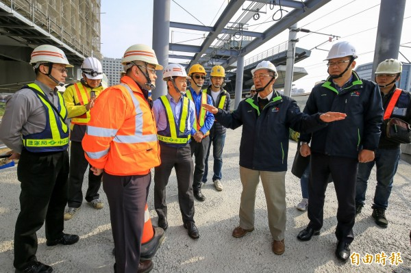 台中市副市長林陵三(右3)視察捷運綠線與台鐵連通工程,肯定進度並提醒做好春節安全整備。(記者黃鐘山攝)