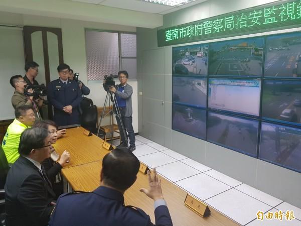 春節將屆,代理台南市長李孟諺今至南市警察局視察雲端治安監視防禦網,對於市警局透過高科技有效提升治安成果,相當讚賞。(記者王涵平攝)