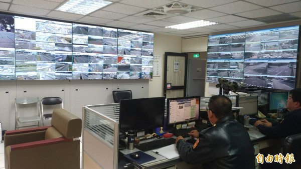 交大勤務中心透過「交通路況電視牆」隨時掌握各路段行車狀況。(記者許國楨攝)