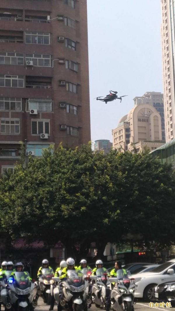 交大同時運用空拍機鳥瞰重要路段(口)整體交通狀況,並將畫面即時傳輸至勤指中心。(記者許國楨攝)
