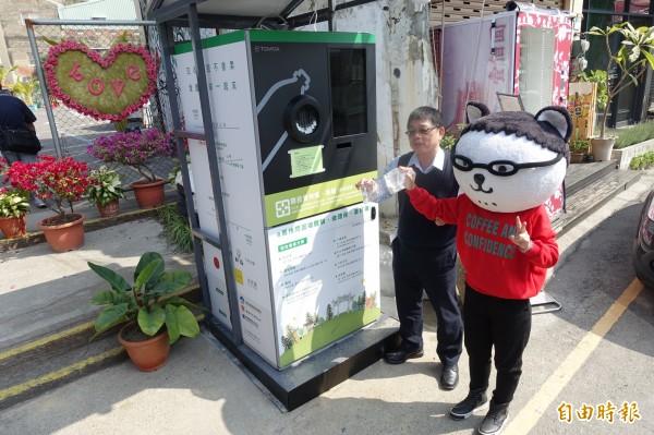 林健三表示,小型回收機深入社區,可在提升回收量之餘也達到環境教育。(記者邱灝唐攝)