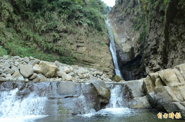 竹山鎮瑞龍瀑布水量豐沛,飛瀑景象相當壯觀。(記者劉濱銓攝)