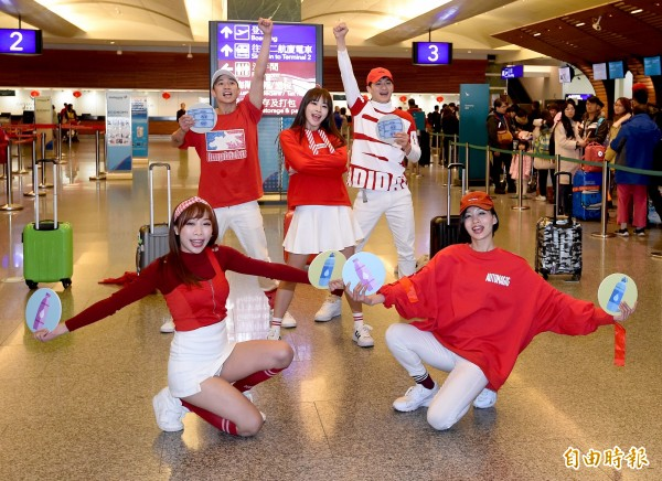 桃園機場公司13日邀請舞者,在桃園機場出境大廳快閃表演「通關安檢歌」,希望藉由音樂的渲染力和簡單好記的歌詞,讓旅客更熟悉通關流程,加快通關速度。(記者朱沛雄攝)