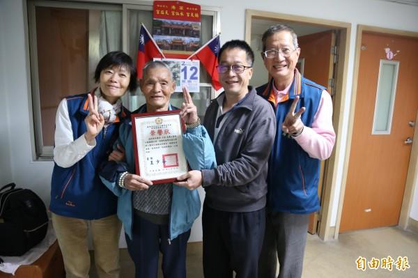 榮民之家也特別頒發榮譽狀表揚王彬。(記者邱芷柔攝)