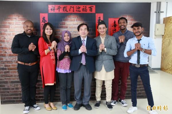 勤益科技大學舉辦春節圍爐活動,邀請外籍學生來體驗台灣過年。(記者蘇金鳳攝)