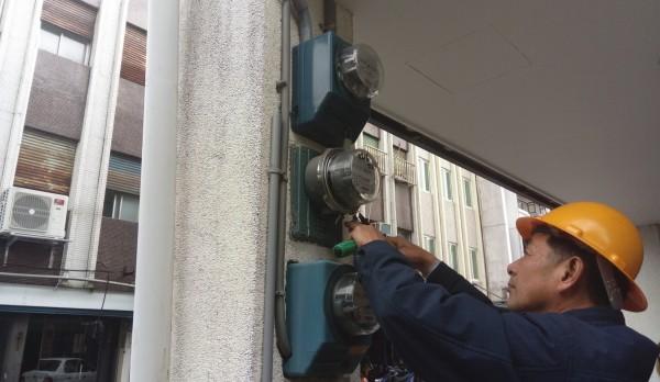 宜蘭縣政府今天針對羅東鎮公正路一家非法旅館斷電。(圖由宜蘭縣政府提供)