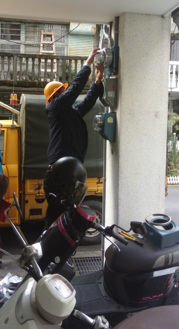 宜縣府對羅東鎮公正路非法旅館祭出斷電鐵腕。(圖由宜蘭縣政府提供)