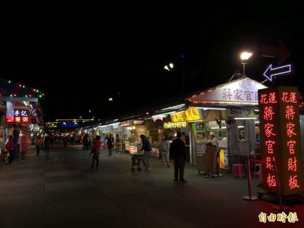 花蓮東大門夜市因地震觀光客銳減,攤商提前準備的食材,若賣不出去恐要自行吸收損失。(記者王峻祺攝)