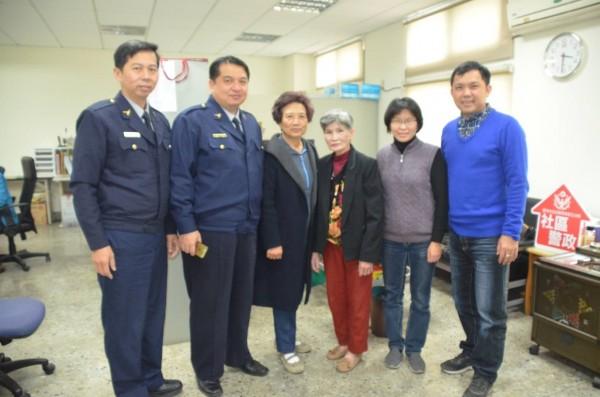 警務佐鄭嘉德(右1)費時半個月,找到失聯40多年的楊婦(右3)。(記者王捷翻攝)