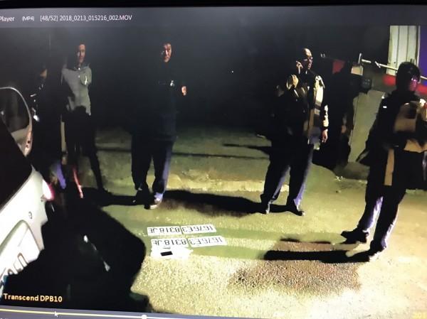 警方在鄭男車上起出4面贓車車牌。(記者王捷翻攝)