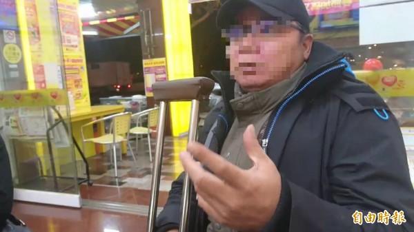 賣刮刮樂的陳男說,他20多年來賣100元彩券只抽10元,他希望能調整抽成,讓全國像他一樣的業者能喘息。(記者王捷攝)