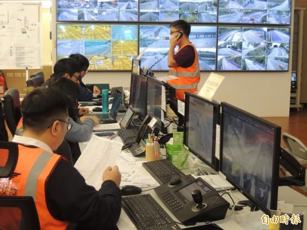 春節6天連假倒數計時,公路總局四工處交管中心嚴陣以待。(記者江志雄攝)