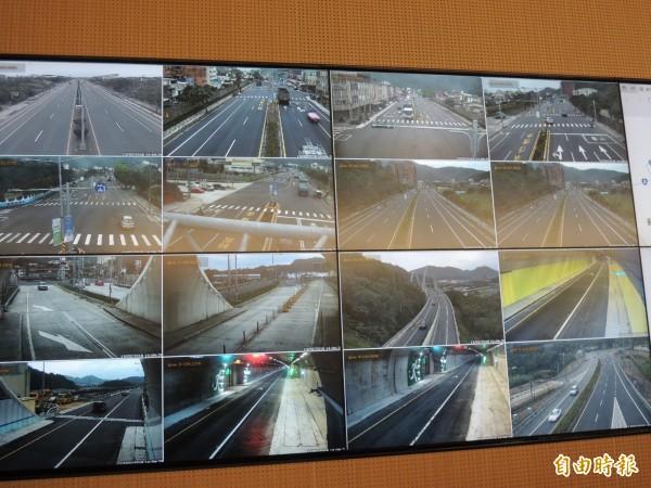 四工處交管中心透過監視畫面,監控蘇花改蘇澳到東澳段的路況。(記者江志雄攝)