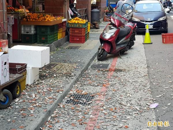 大批磁磚從天而降,幸無人受傷。(記者俞肇福攝)