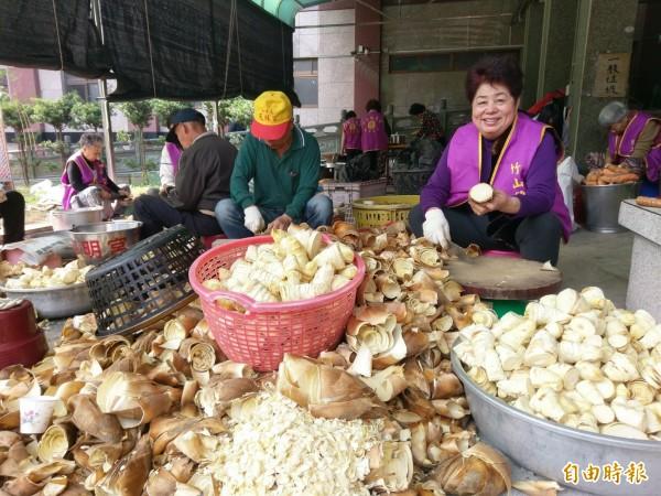 竹山克明宮大年初一將舉辦萬人冬筍餐,今年冬筍量加碼至2千斤,志工們忙得不可開交。(記者劉濱銓攝)