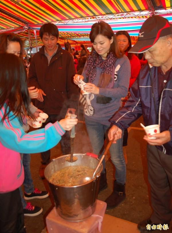 宜縣過年期間有168間宮廟供應平安粥,環保局請大家自備餐具做環保。(資料照)