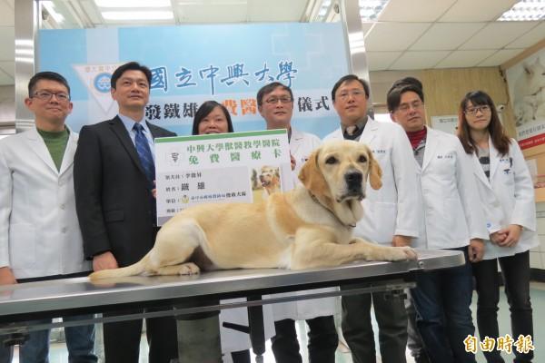 興大送鐵雄首張免費動物醫療卡。(記者蘇孟娟攝)