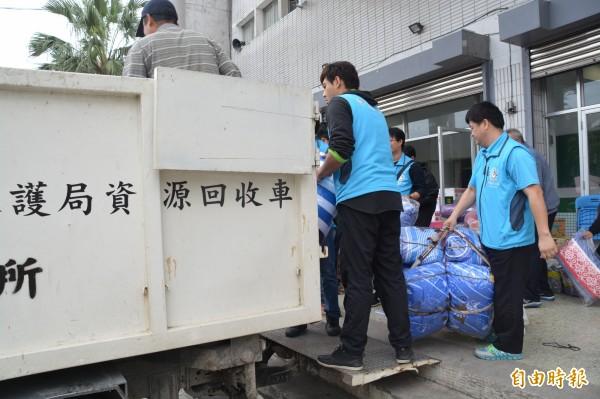 花蓮市公所人員協助將物資從中華國小收容所撤出。(記者王峻祺攝)