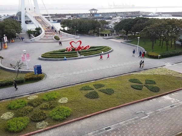 漁人碼頭情人橋前花毯換新裝。(新北市景觀處提供)