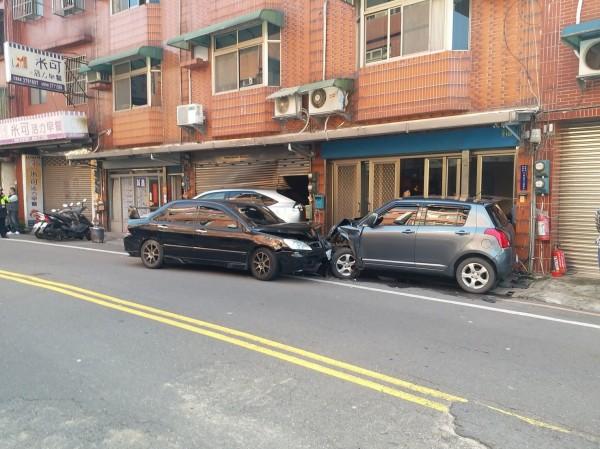 張姓通緝犯駕駛的黑色轎車,為逃避警方追棄,連撞2車後逃逸。(民眾提供)