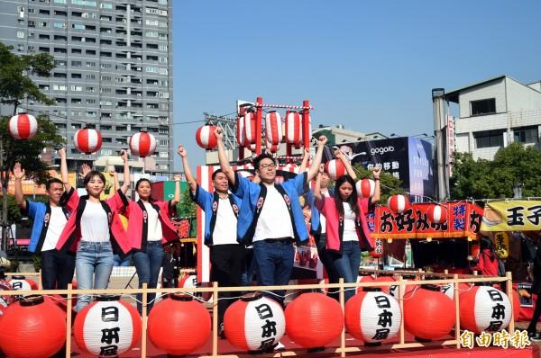 「日本屋台祭美食展」,呈現原汁原味的日本風味給所有消費者,「BonBon跳跳 迎新春」舞蹈活動,讓你體驗日本祭典傳統舞蹈,來Bon出不一樣的新年。(記者張忠義攝)