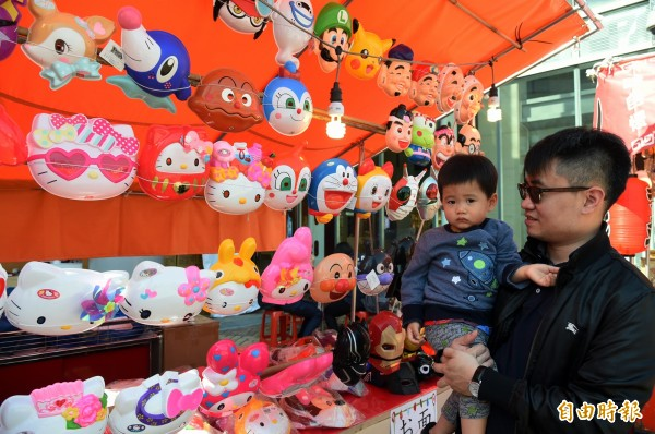 現場販售40種卡哇伊卡通面具。(記者張忠義攝)