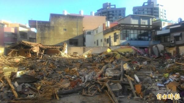 史上頭一遭!除夕大過年強拆古蹟!新竹市被列為「暫定古蹟」的溫宅「太原第」,今天清晨遭怪手夷為平地,新竹市政府獲報已報警封鎖現場,並會依法究辦。(記者洪美秀攝)