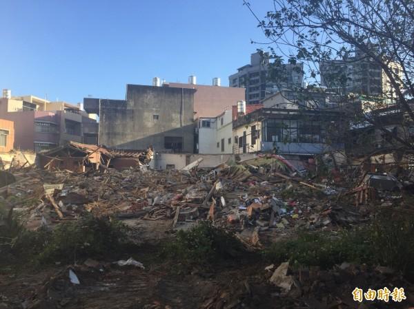 新竹市被列為「暫定古蹟」的溫宅「太原第」,今天清晨遭怪手夷為平地。(記者洪美秀攝)