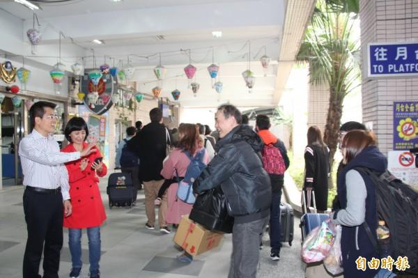 為了讓民眾能順利返鄉,台東縣開出返鄉專車,縣長黃健庭(左一)與夫人陳怜燕到火車站迎接遊子返鄉。(記者張存薇攝)