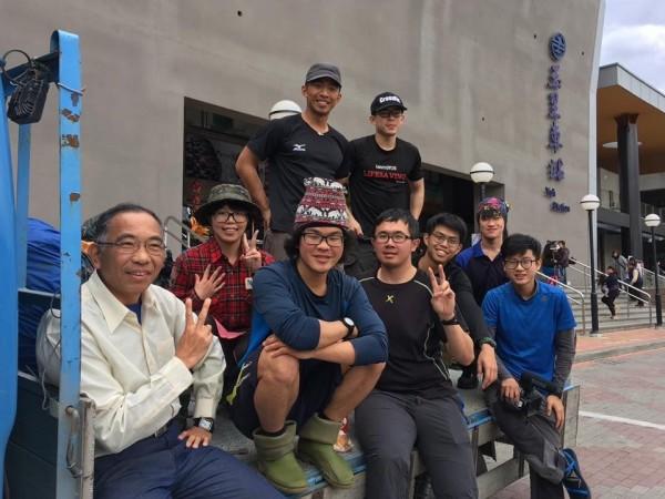 一行9人登山隊大年初一從玉里火車站搭貨車出發,同行者包括去年在喜瑪拉雅山受困47日獲救的梁聖岳(前排左二紅白色毛帽)。(讀者提供)