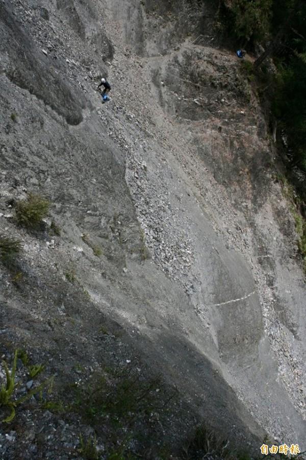 圖為2008年拍攝,圖中即為墜落點─八通關日治古道上土葛崩壁。(資料照,洪毓勳攝)