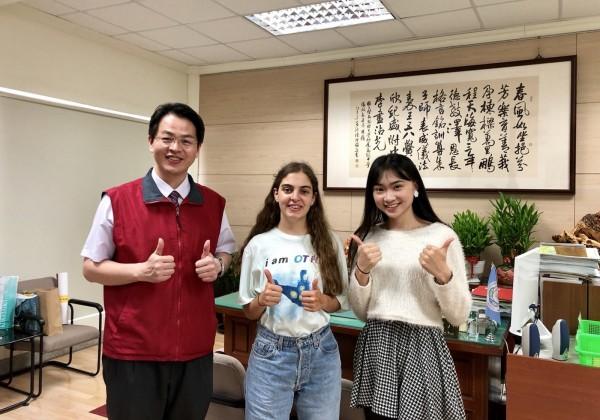 2017台灣小姐冠軍高曼容(右)與澳洲交換生Nancy(中)成為暨大附中開學亮點,兩人開心與校長張正彥合照。(暨大附中提供)
