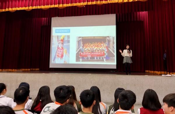 2017台灣小姐冠軍高曼容對學弟妹演講時說,高中參加儀隊訓練對她幫助很大。(暨大附中提供)