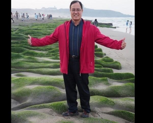 基隆市議員楊石城大年初三全家出遊,在個人臉書放上踩踏老梅綠石槽的照片,引發網友撻伐。(記者林欣漢翻攝)