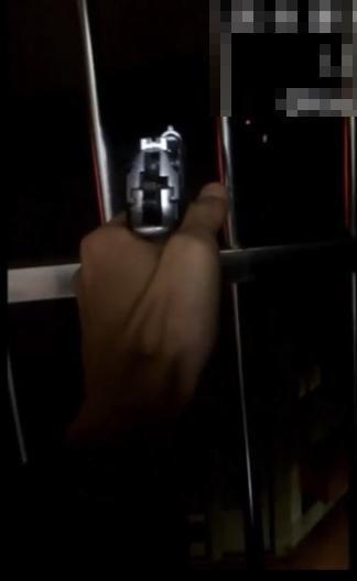 黃姓男網友疑在家中把玩改造手槍,不但將槍口對準窗外,還大膽扣下扳機擊發。(記者王駿杰翻攝網路社團)