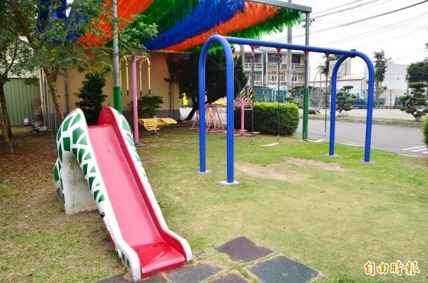 里活動中心後方是親子嬉戲的小公園。(記者吳俊鋒攝)
